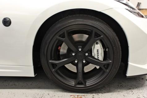 370z nismo black wheel white brake caliper