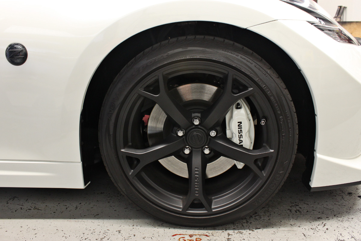 370z nismo black wheel white brake caliper
